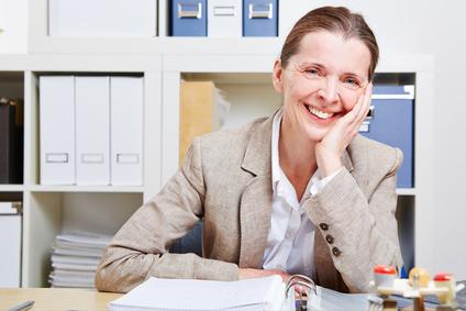 Glückliche Frau im Büro
