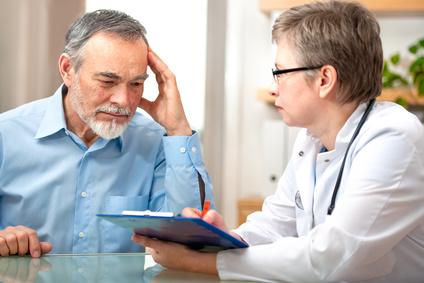 Ärztin berät einen Patienten